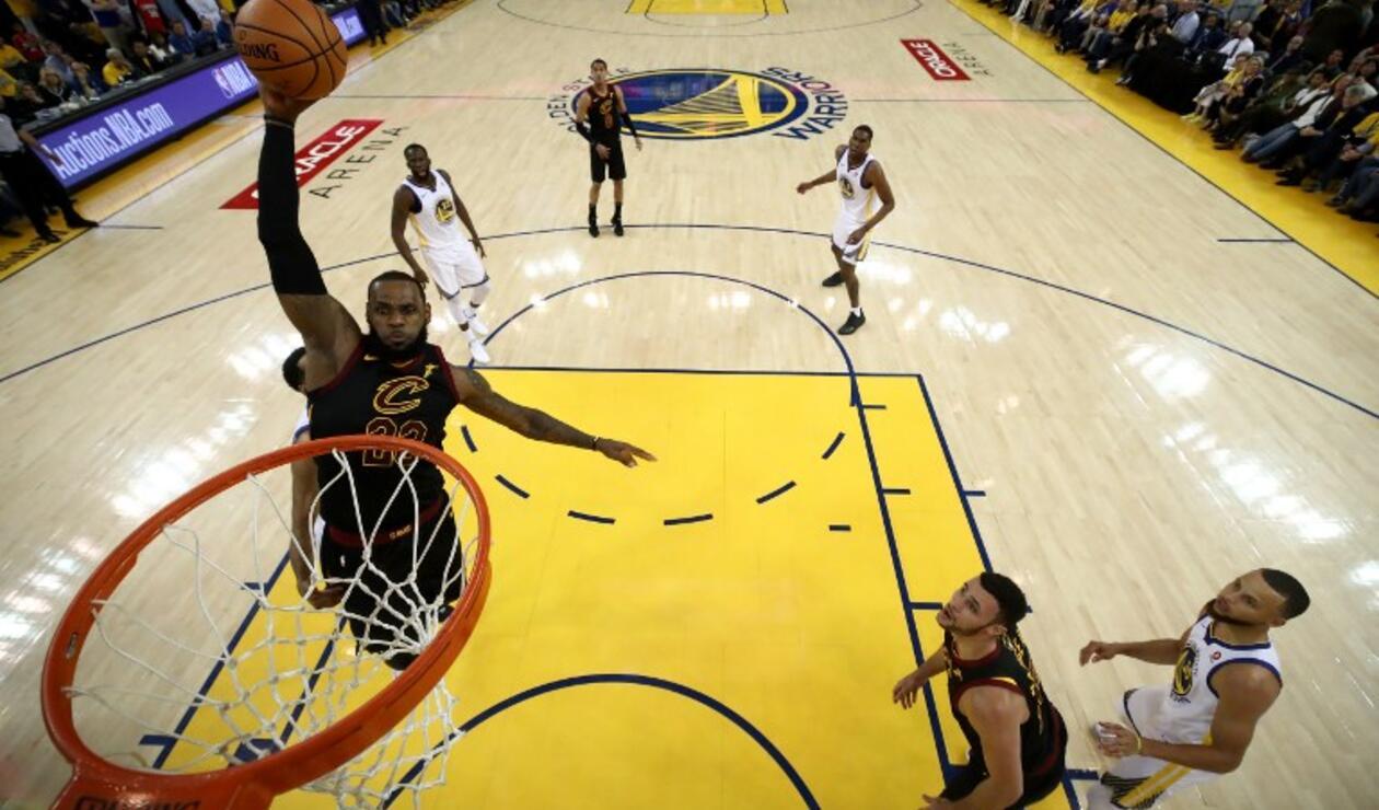 Lebron James ejecutando un clavado con los Cleveland Cavaliers