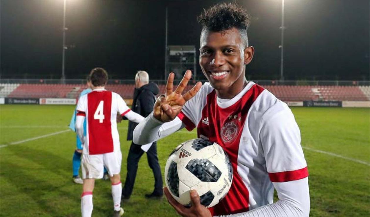 Mateo Casierra, jugador colombiano actuando con el Ajax de Holanda