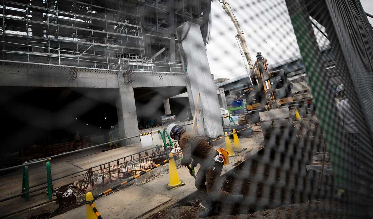 Un hombre trabaja en el Ariake Arena en construcción, sede de voleibol en los Juegos Olímpicos de Tokio 2020 y baloncesto en silla de ruedas en los Juegos Paralímpicos de Tokio.