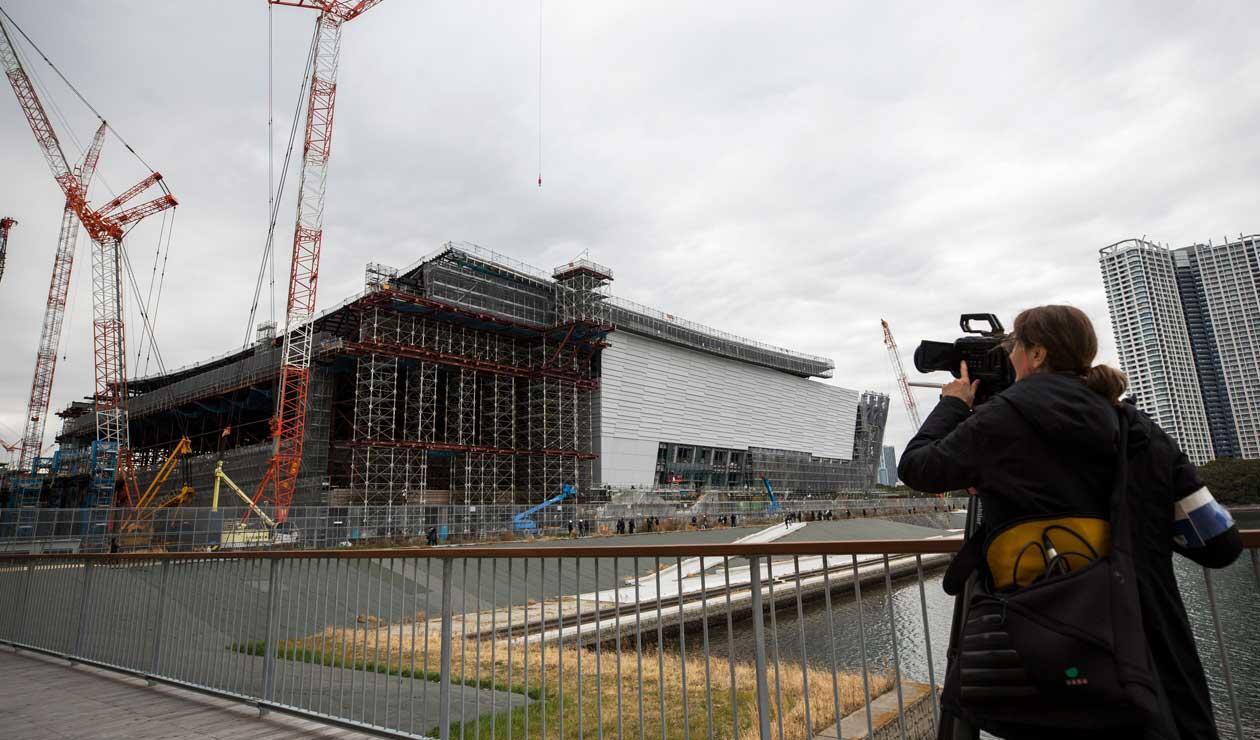 Un periodista graba el Ariake Arena, sede de voleibol en los Juegos Olímpicos de Tokio 2020 y baloncesto en silla de ruedas en los Juegos Paralímpicos.