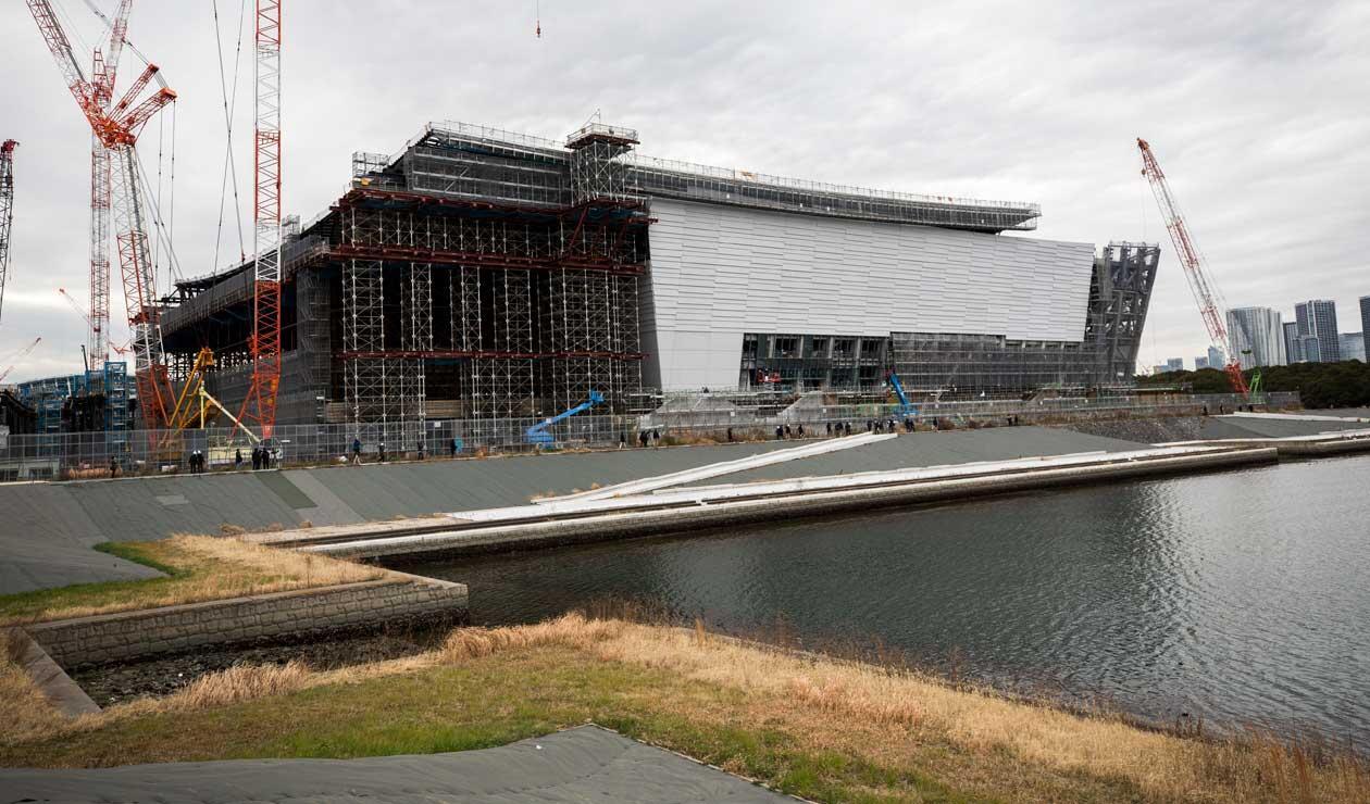 Esta imagen muestra una vista de la construcción del Centro Acuático Olímpico, sede de la natación, el buceo y la natación artística en los Juegos Olímpicos de Tokio 2020