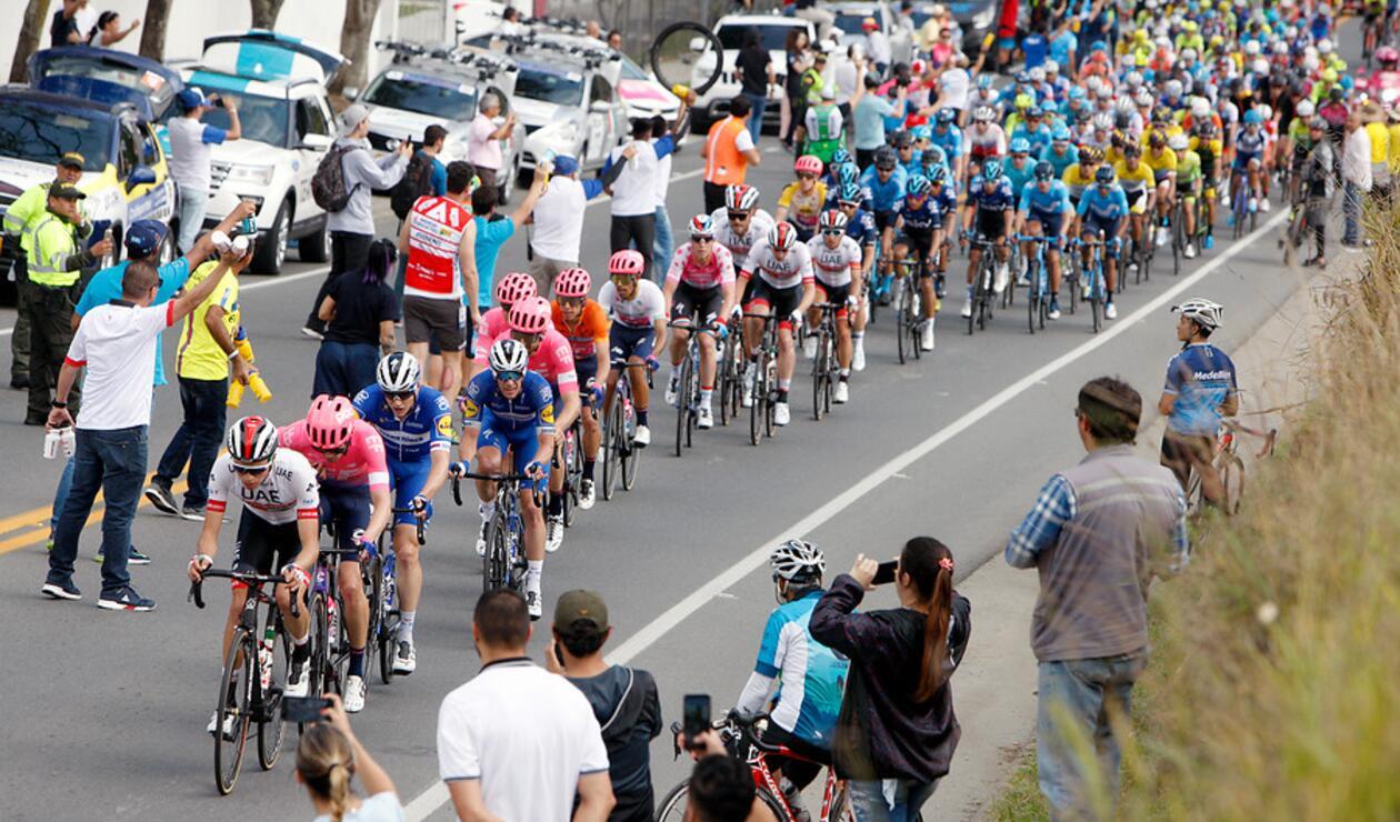 El pelotón principal durante la segunda etapa del Tour Colombia