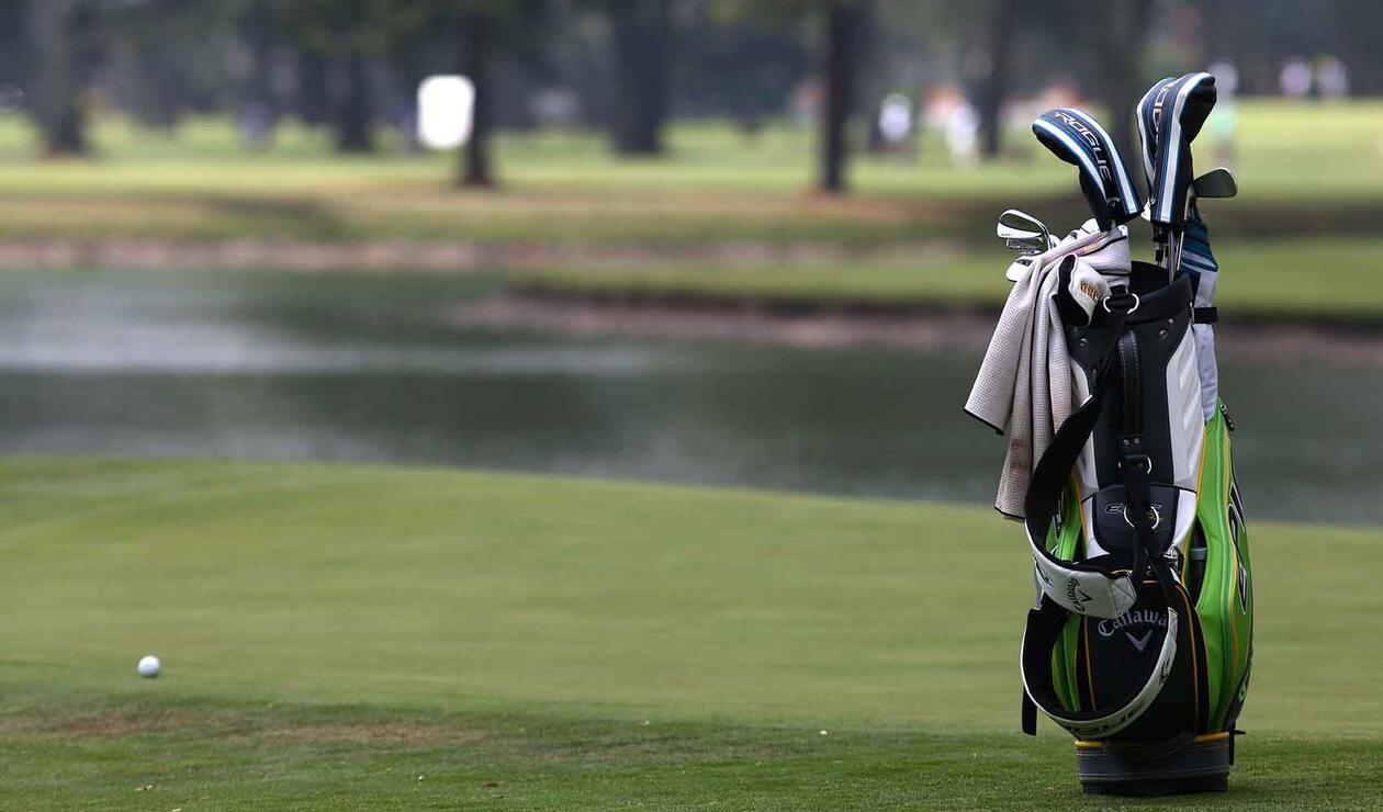 Caddie de golf en el Country Club de Bogotá