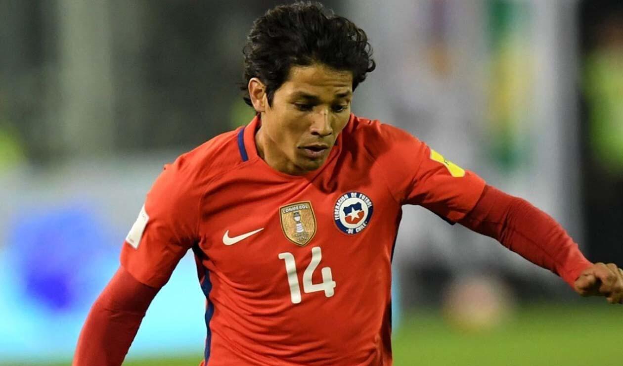 Matías Fernández jugando para la Selección de Chile