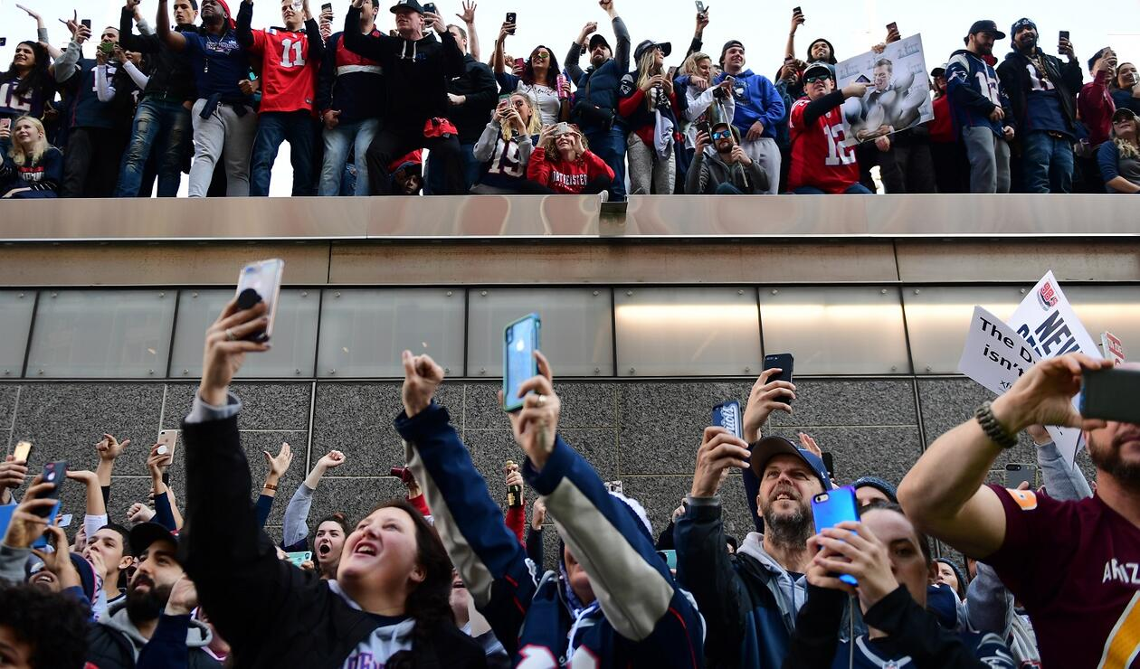 Miles de aficionados no quisieron perderse el momento de ver a sus héroes deportivos con el trofeo Vince Lombardi.