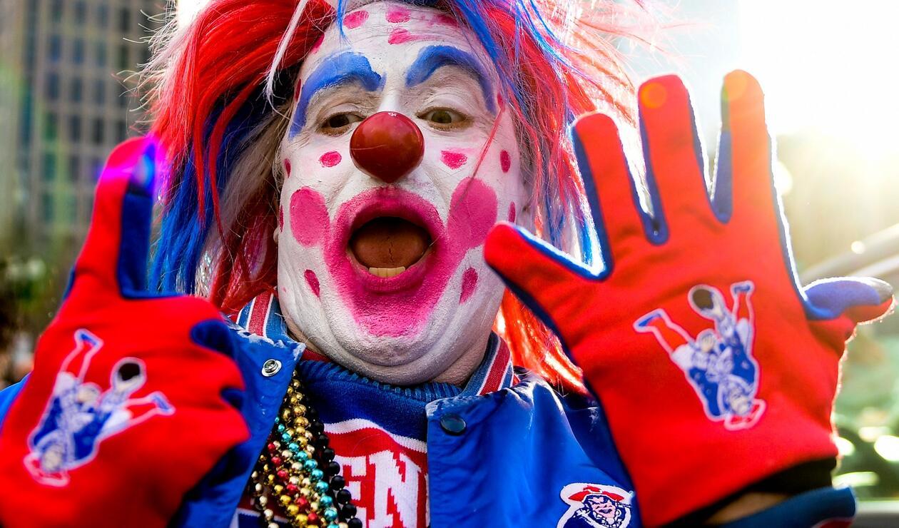La creatividad con la que recibieron los seguidores al equipo de Boston no tuvo límites. Algunos llegaron hasta el punto de vestirse con los colores icónicos de su conjunto.