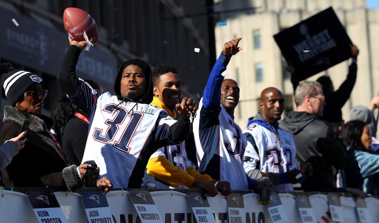 Jonathan Jones, uno de los jugadores de los Patriots de Nueva Inglaterra sostuvo un balón de fútbol americano mientras celebraba con los seguidores.