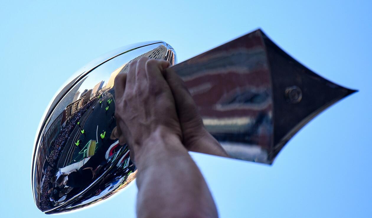 El gran trofeo 'The Vince Lombardi' fue exhibido ante los miles de fanáticos que asistieron al recibimiento.