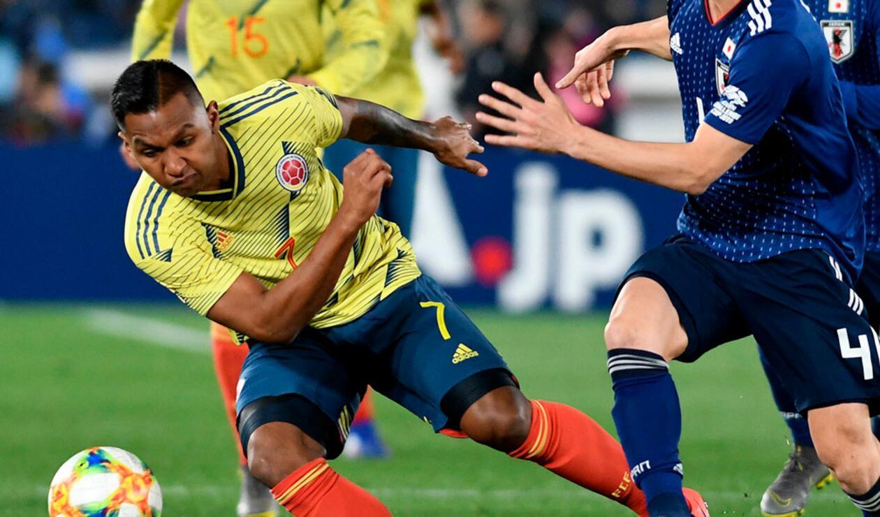 Alfredo Morelos ante la marca de un jugador de Japón