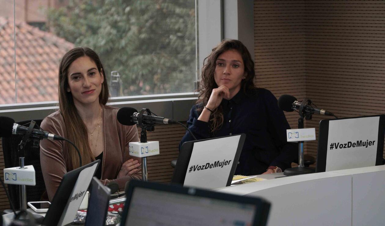 Jugadoras de la Selección Colombia Femenina en la cabina de RCN Radio.