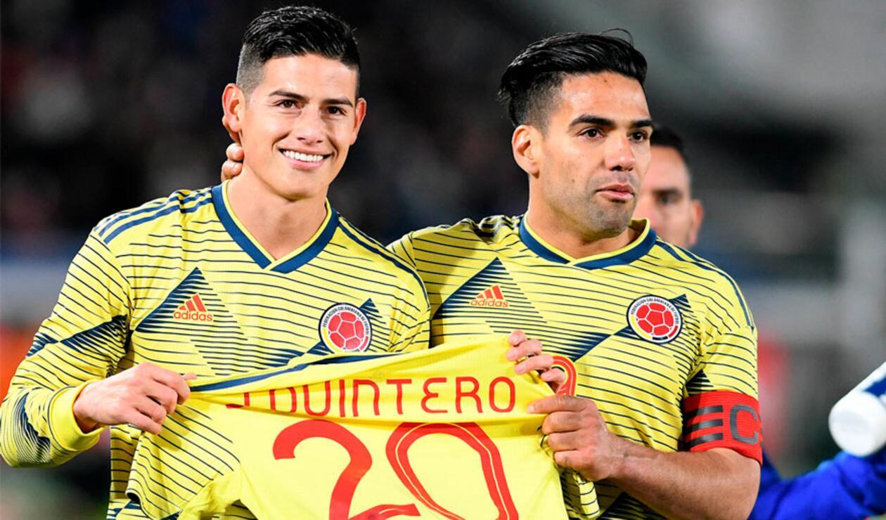 Falcao y James recuerdan a Juan Fernando Quintero durante el gol de Colombia ante Japón.