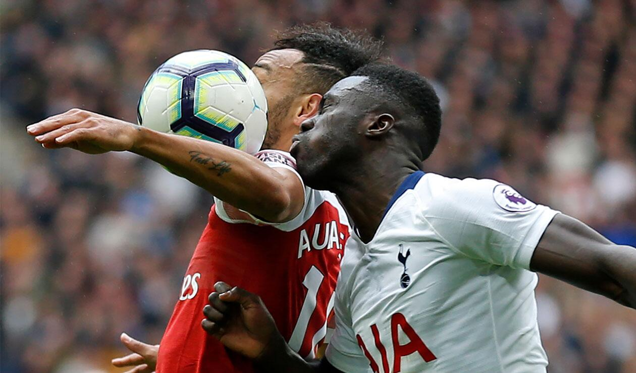 Dávinson Sánchez en en el partido del Tottenham ante Arsenal por la fecha 28 de la Premier League
