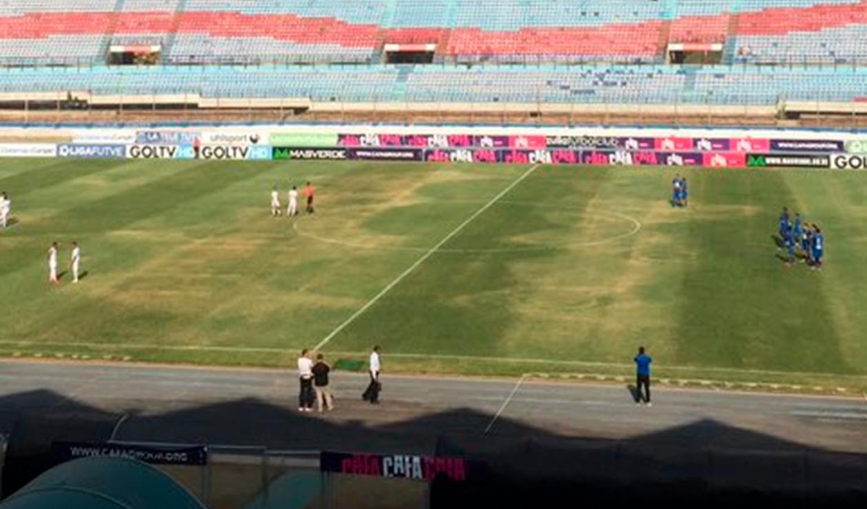 Los jugadores del Zulia y el Caracas en medio del partido