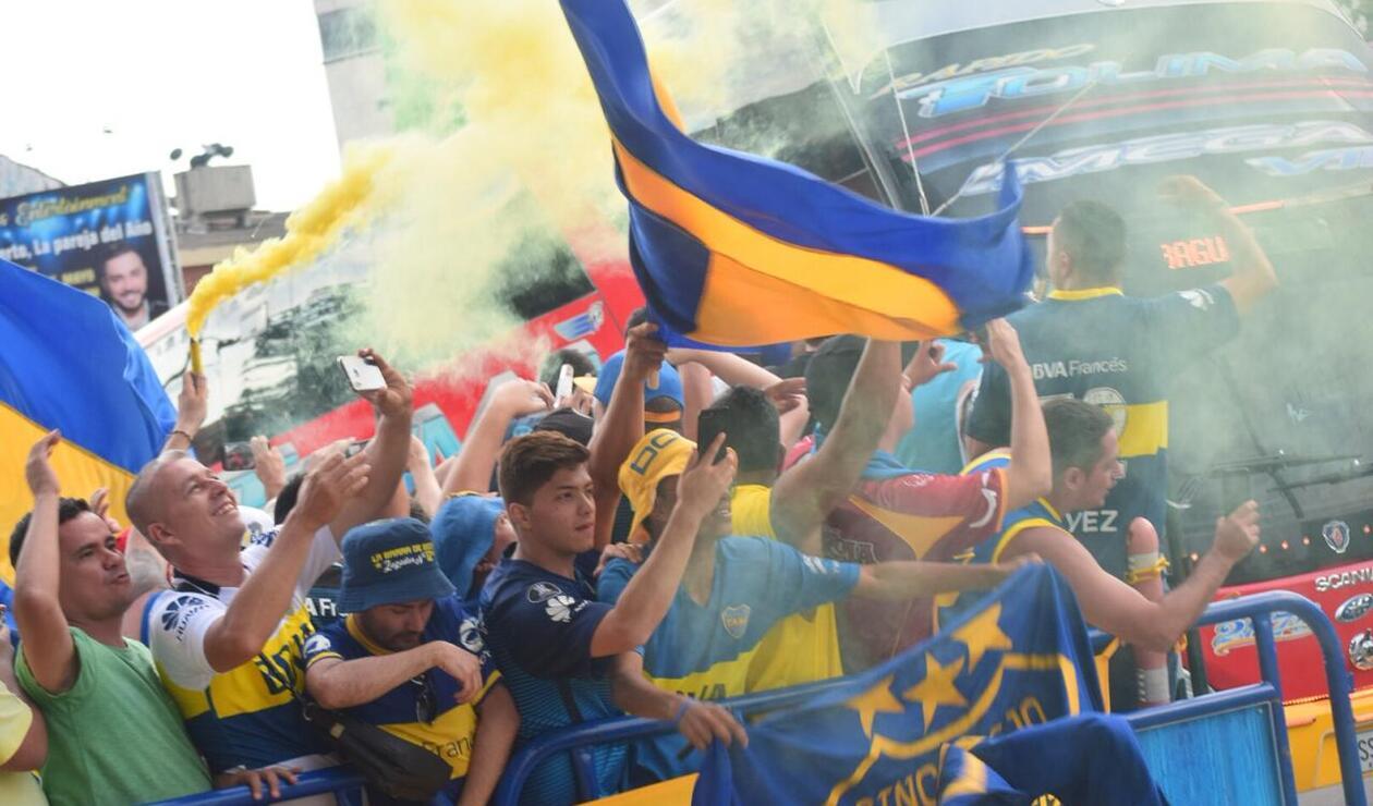 Hinchas del Boca Juniors a las afueras del hotel donde se hospedan los jugadores del equipo argentino.