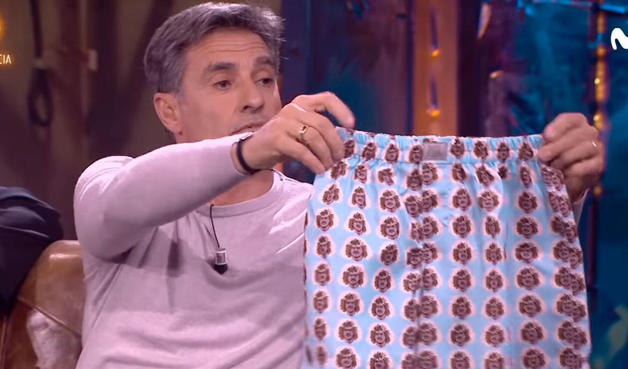 Míchel regalando los calzoncillos en el programa La Resistencia