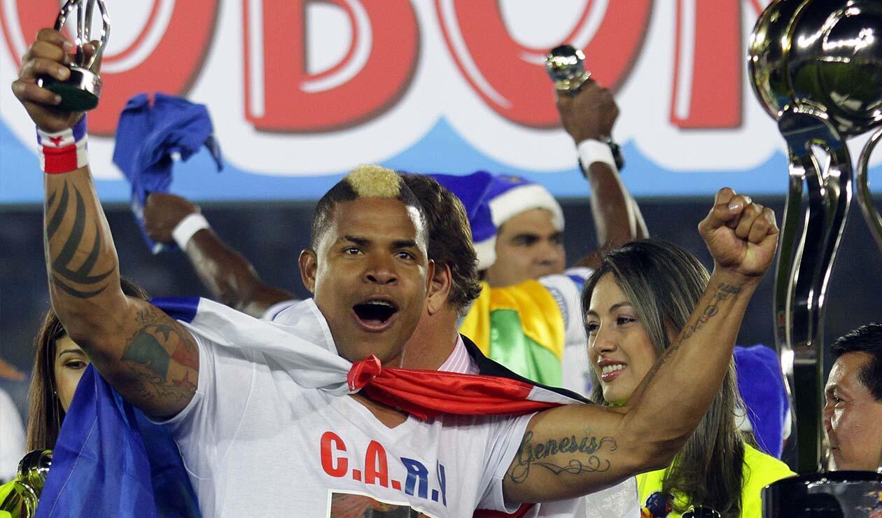 Román Torres, central panameño jugando para Millonarios