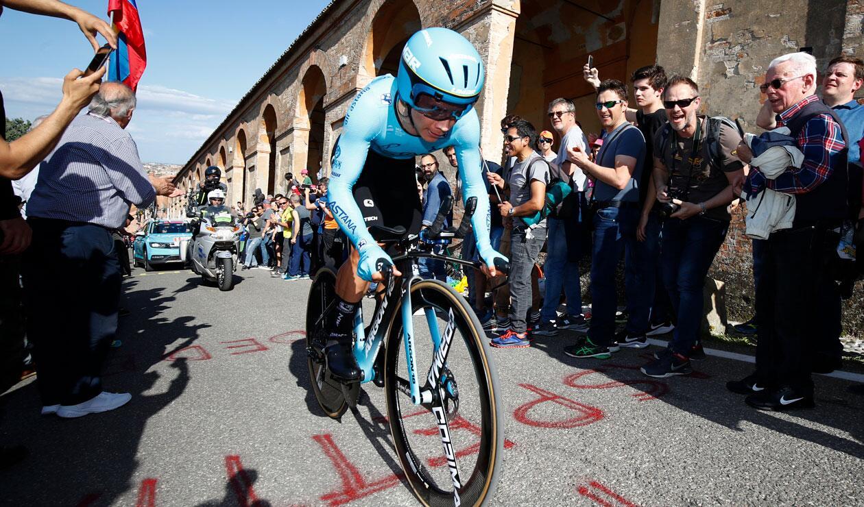 Miguel Ángel López durante la primera etapa del Giro de Italia 2019.