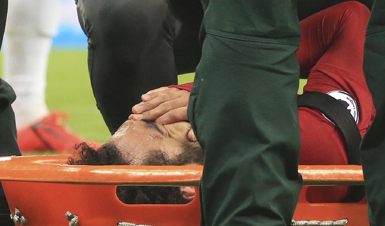Mohamed Salah, fue sacado del terreno de juego en camilla tras un golpe