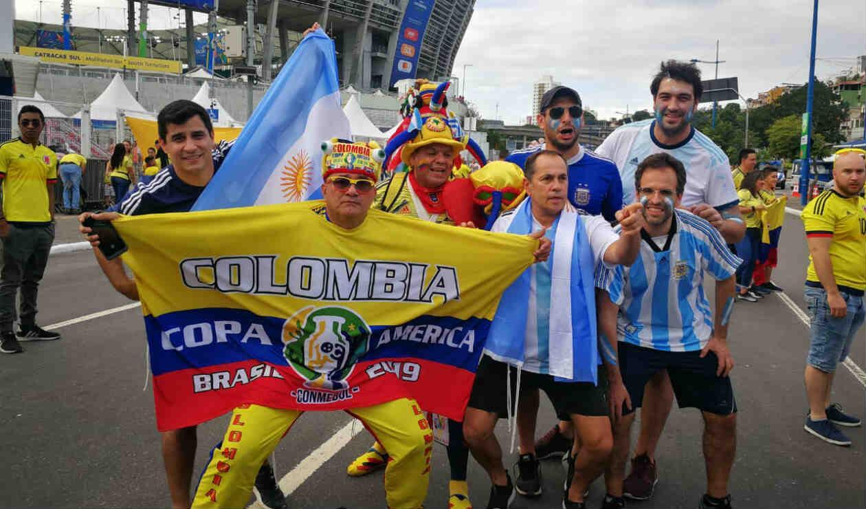 Hinchas de Colombia y Argentina