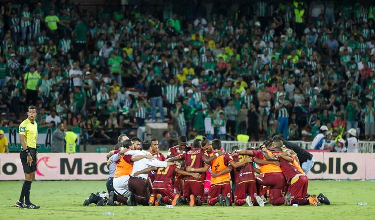 Deportes Tolima enfrentando a Atlético Nacional en el Atanasio Girardot