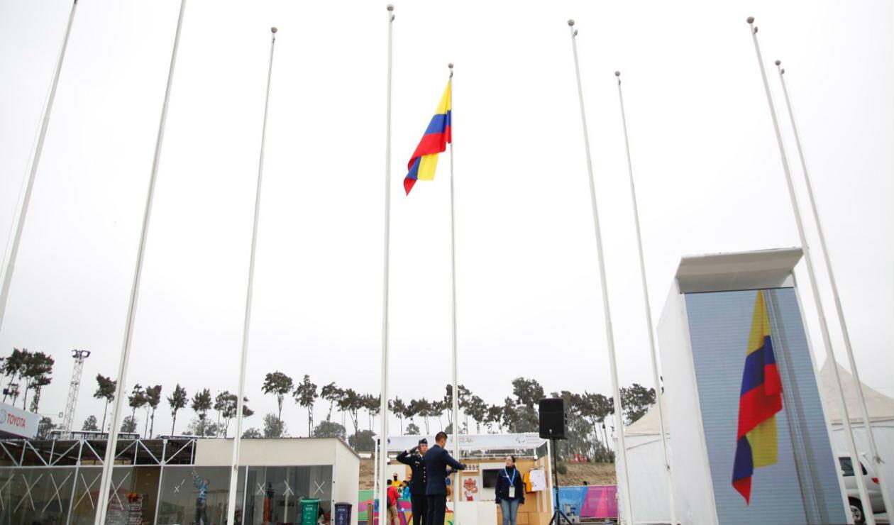 Izada de bandera de Colombia en Lima