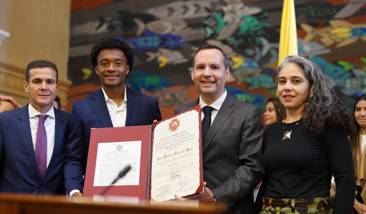 Juan Guillermo Cuadrado recibe condecoración de la Cámara de Representantes.