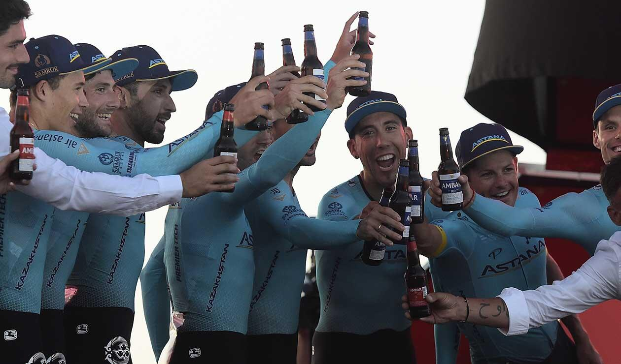 Miguel Ángel López y su equipo el Astana