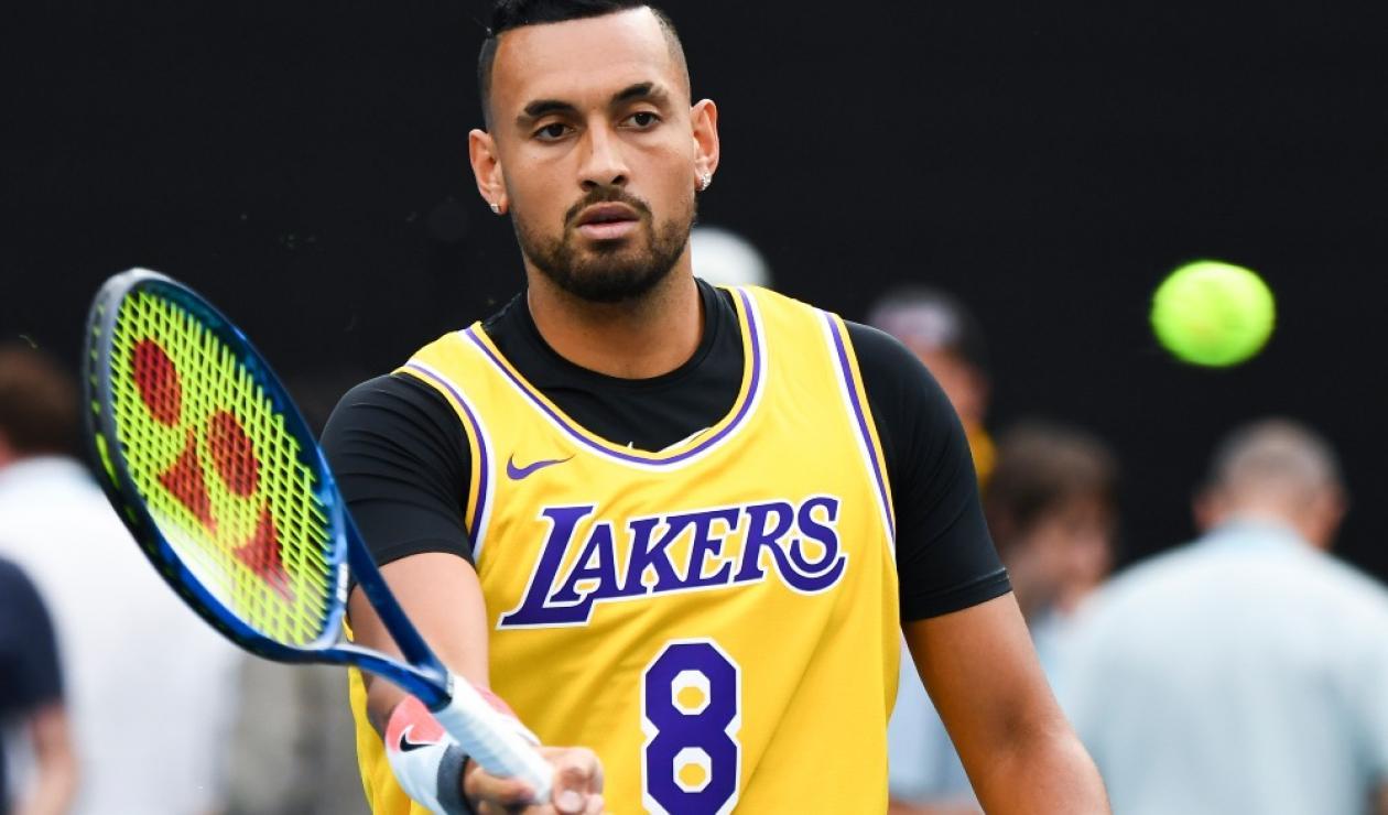 Kyrgios entra a la cancha con la camiseta de Kobe Bryant