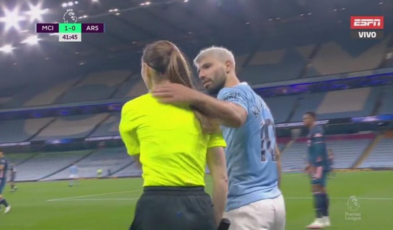 Sergio Agüero y una árbitra - Premier League