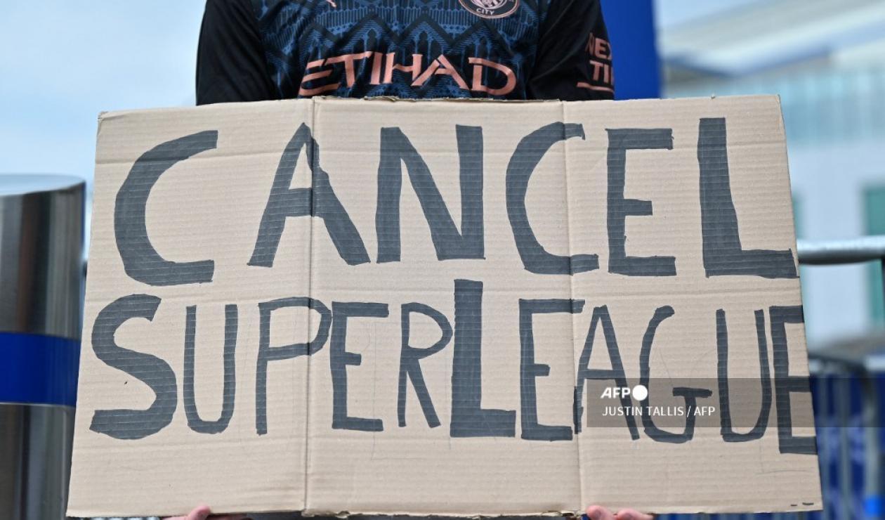 Hinchas expresando su desacuerdo con la creación de la Superliga