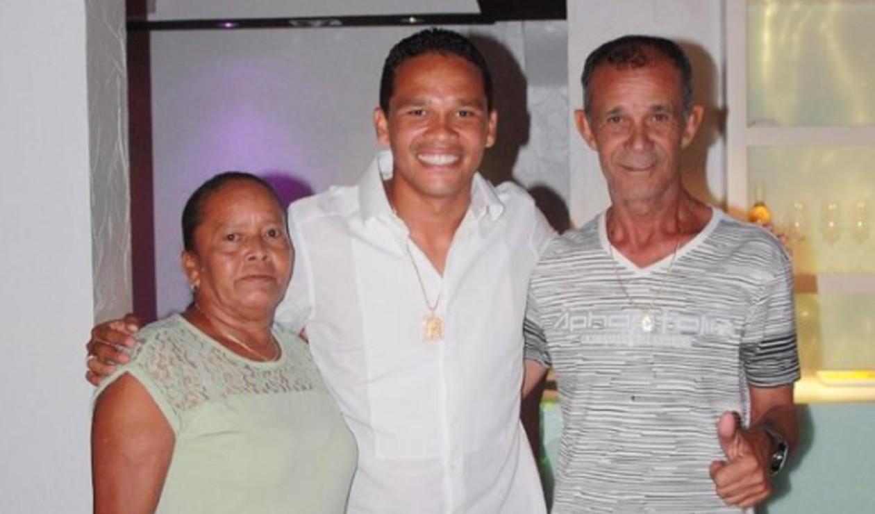 Carlos Bacca y sus padres