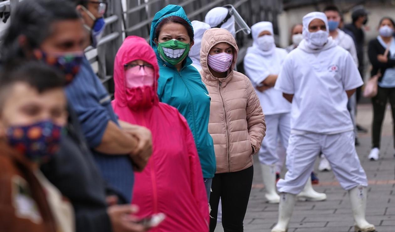Ciudadanos colombianos haciendo fila