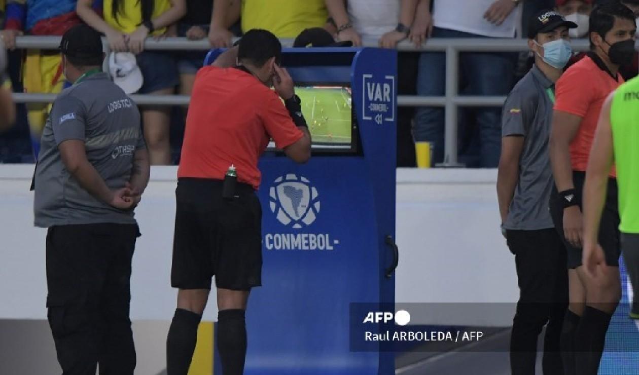Árbitro revisó el VAR en Colombia vs Ecuador