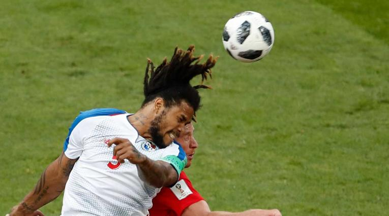 El panameño Román Torres disputando el balón con jugador de Bélgica