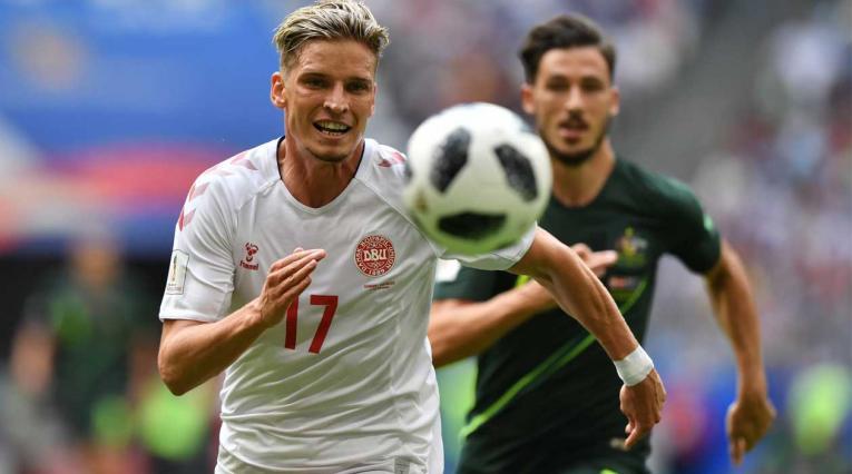 Jens Stryger Larsen de Dinamarca supera a un jugador de Australia