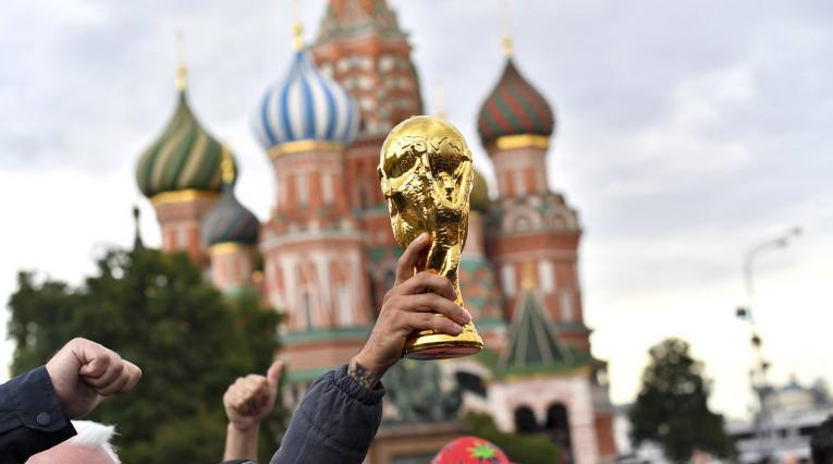 Réplica de la Copa Mundo exhibida por las calles de Moscú