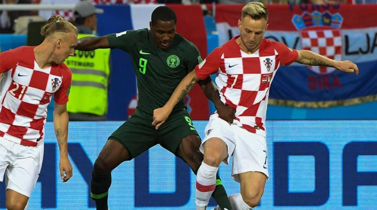 Iván Rakitic disputa un balón con Odion Ighalo en el partido Croacia-Nigeria