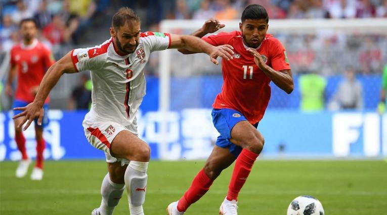 Branislav Ivanovic de Serbia disputa un balón con Joahn Venegas de Costa Rica