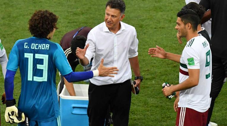 Jugadores de México felicitan a Juan Carlos Osorio tras la victoria ante Corea del Sur