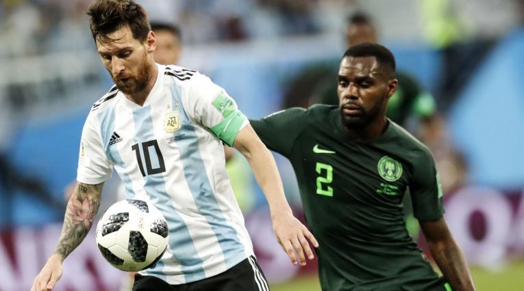 Lionel Messi ante la marca de Kenneth Omeruo de Nigeria