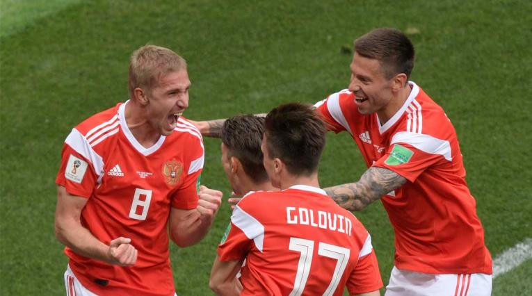 Yuri Gazinskiy celebrando el primero gol en el Mundial