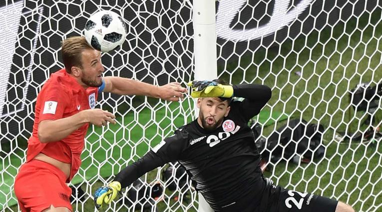 El inglés Harry Kane remata un balón ante el arquero de Túnez