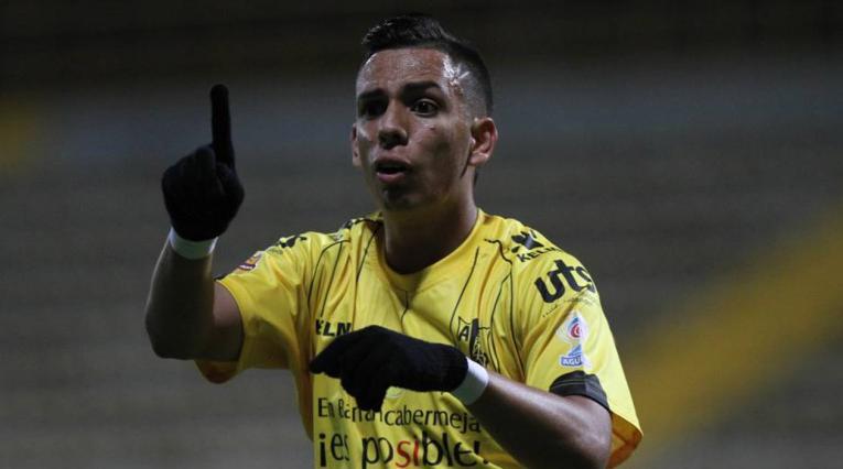 Alex Castro jugando para Alianza Petrolera, sus derechos pertenecen al Deportivo Cali