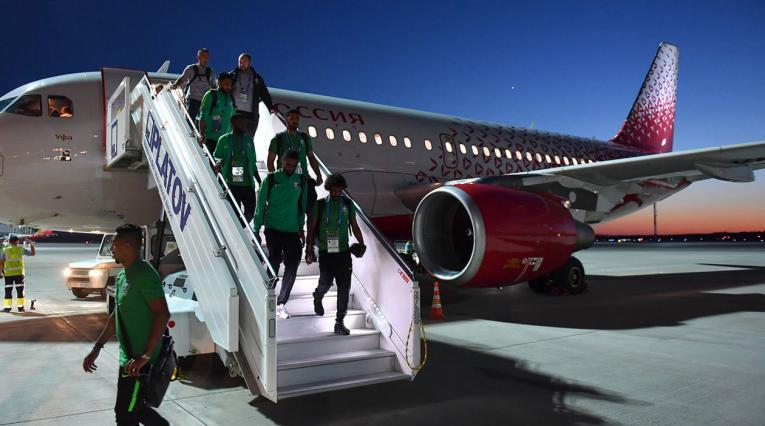 Jugadores de Arabia Saudita descendiendo del avión