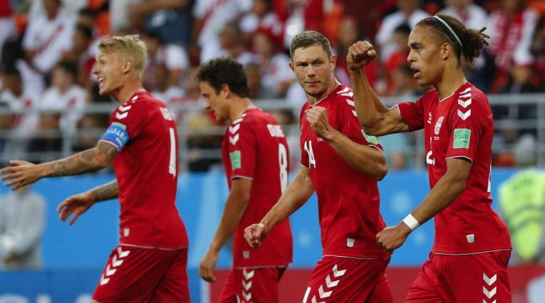 Jugadores de Dinamarca celebrando un gol a Perú