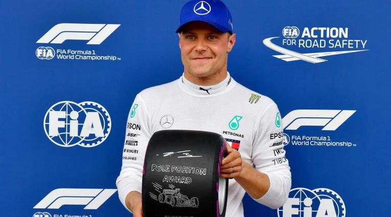 "Valtteri Bottas posa con la ""pole position award"""