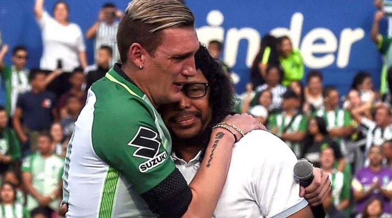 Franco Armani abrazando a René Higuita