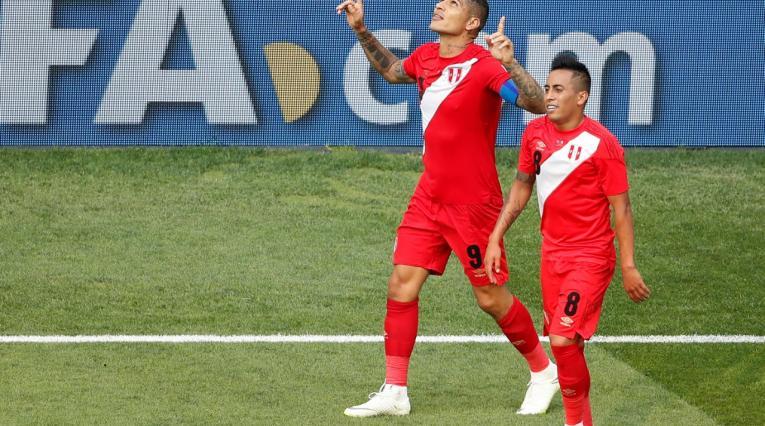 Paolo Guerrero y Cristian Cueva celebran el segundo gol de Perú ante Australia en Rusia-2018