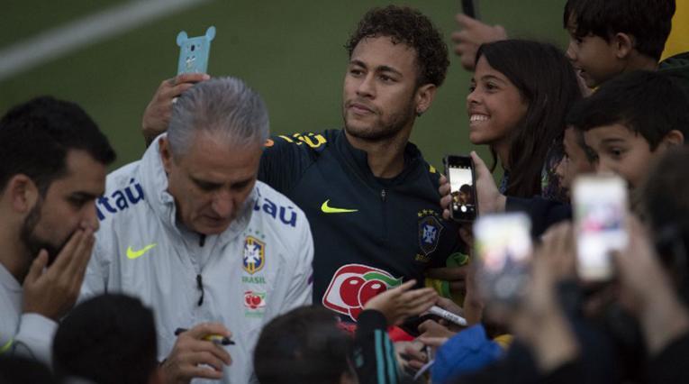Tite y Neymar atendiendo a los fanáticos