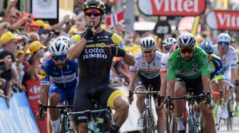 Groenewegen superando a Fernando Gaviria en la séptima etapa del Tour de Francia